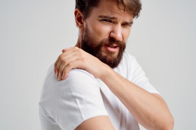 Человек, держащий проблемы со здоровьем артрита шеи изолированный фон