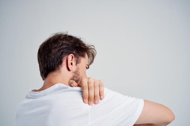 Человек, держащий лечение студии проблем со здоровьем артрита шеи. фото высокого качества