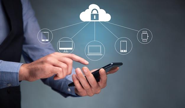 インターネットセキュリティオンラインビジネスの概念と電話を保持している男