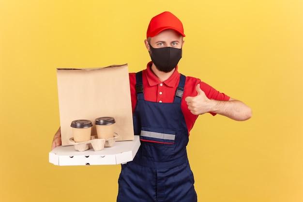 피자 상자와 커피를 들고 있는 남자는 검역 중 패스트푸드의 빠른 배달을 좋아한다