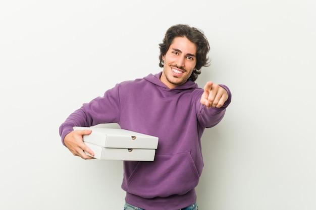 Мужчина держит коробки для пиццы в студии