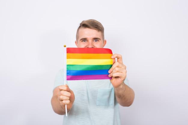 Мужчина держит в руках радужный флаг