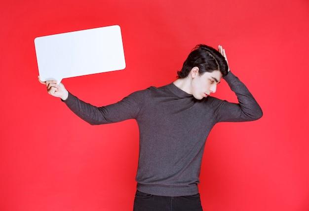 Uomo che tiene una ideaboard rettangolare e il brainstorming