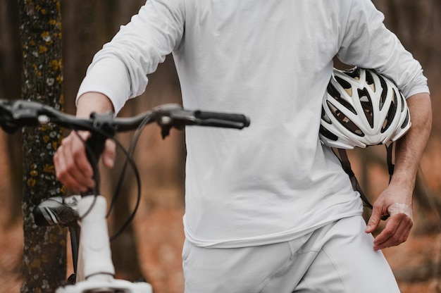Uomo che tiene un casco di sicurezza per andare in bicicletta