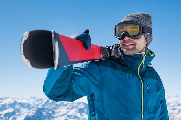 スキーを持って男