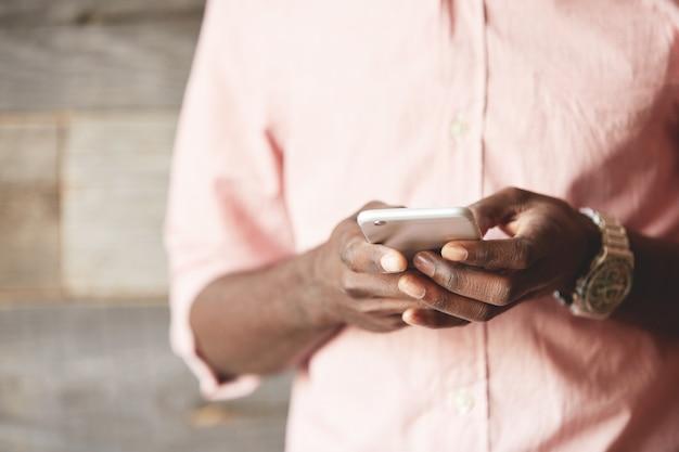スマートフォンのクローズアップを抱きかかえた