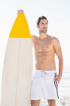 ビーチでサーフボードを持って男