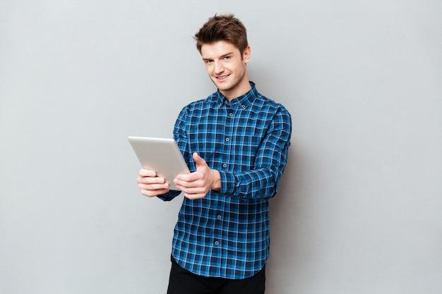 고립 된 손에 태블릿 컴퓨터를 들고 남자