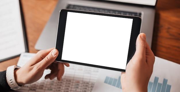 Человек, держащий планшет с белым фоном макета