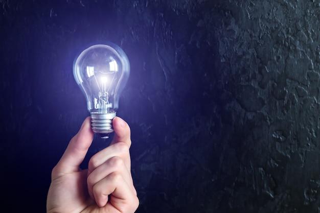 電球を持っている男。新しいアイデアのコンセプト。