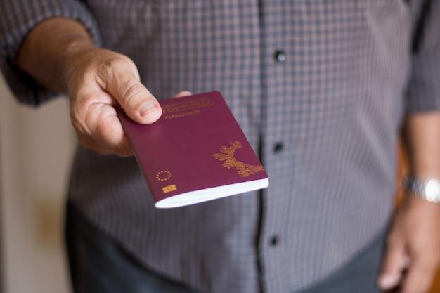 포르투갈 여권을 손으로 들고 남자