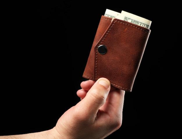 財布を持っている男