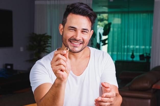 Мужчина держит в руке обручальное кольцо. свидание или концепция запроса брака