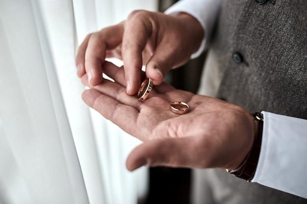 結婚指輪を持っている男