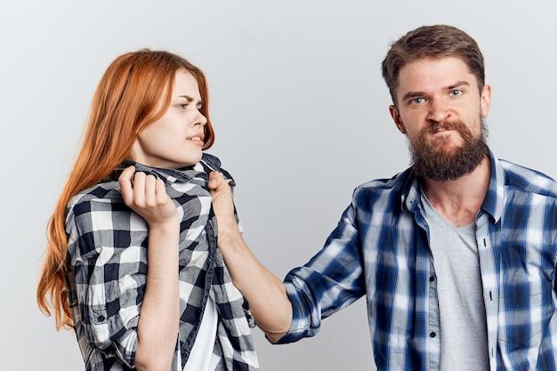 家庭内暴力のシャツを打つことによって男持株女性