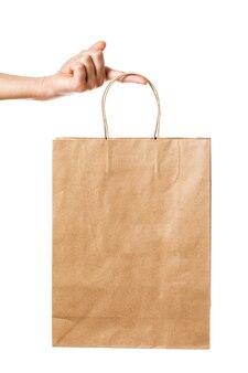 男は白い背景で隔離の紙の袋を保持します生分解性製品