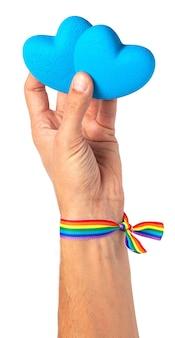 남자는 그의 손에 마음을 보유하고 레인보우 리본 lgbt 프라이드 게이 푸른 마음 격리 됨 흰색