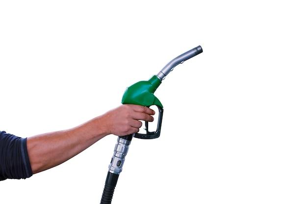 남자는 흰색 배경에 고립 된 자동차 급유를 위해 그의 손에 급유 총을 보유