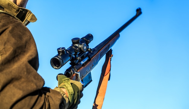 男は手にライフル、武器を持っています。ターゲットでの射手目撃。