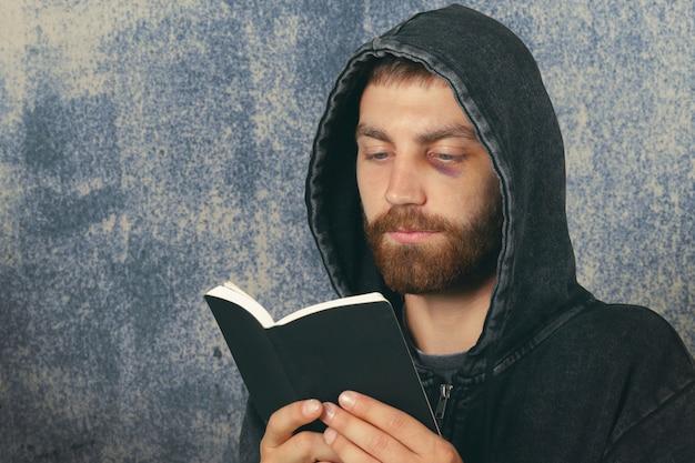 男は聖書を持っています