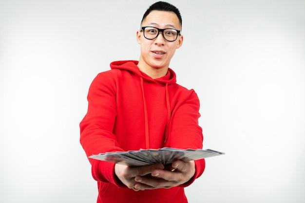 Мужчина держит доллары в руках с копией пространства