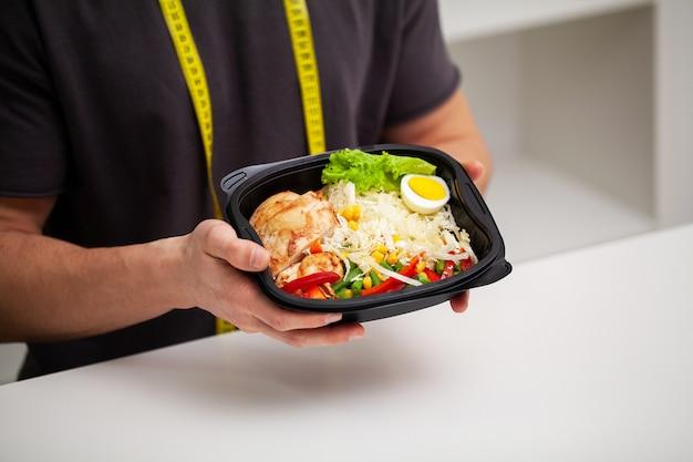 男は適切な栄養のために高タンパク質含有量の食品を保持しています