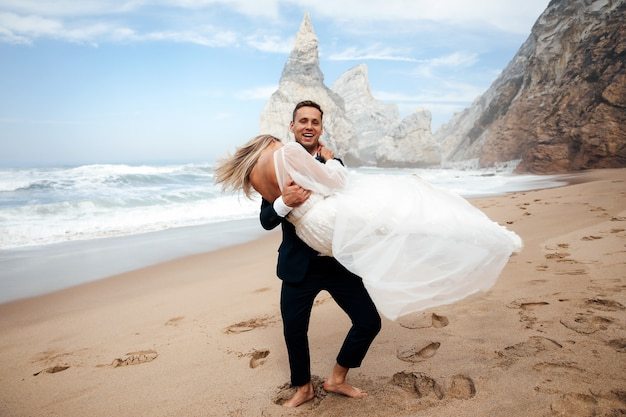 男は妻を手に持っており、彼らはとても幸せそうに見える