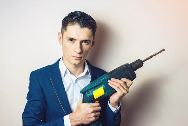 男は武器としてパワードリルを手に持っています