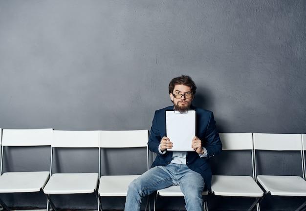 Мужчина держит в руках ожидание собеседования. профессиональный менеджер