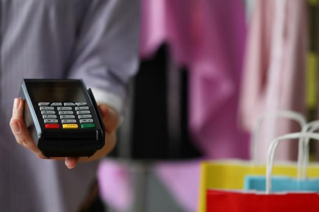 남자는 신용 카드 결제를 위해 모바일 단말기를 보유