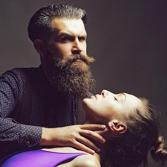남자는 아름 다운 젊은 여자와 남자의 여자 커플의 목을 보유하고