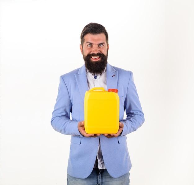 男はスーパーマーケットの店やdiyデパートでプラスチックガロンやあごひげを生やした男が缶を持っています