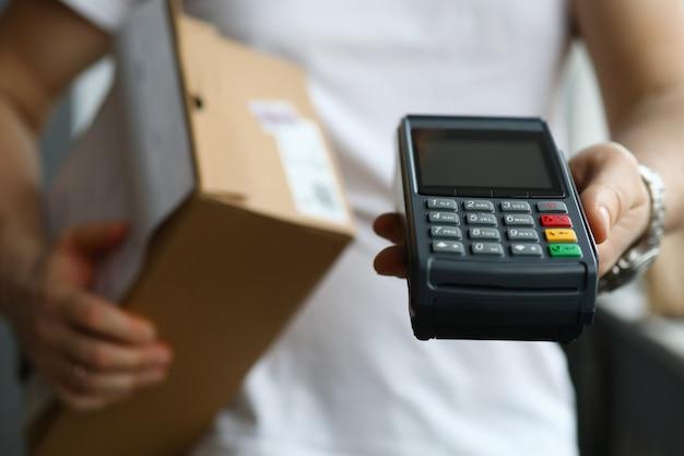 Мужчина держит приложение терминала для оплаты и посылки