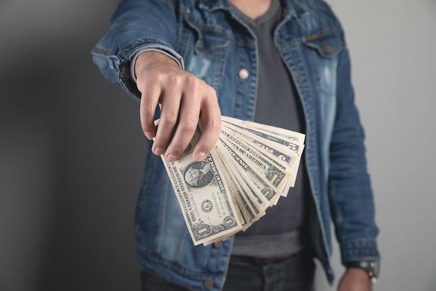 男はお金の札束を持ってショー