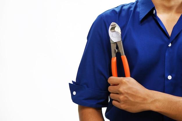 남자는 흰색 배경에 고립 렌치 도구를 보유하고있다. 서비스 및 건설 개념