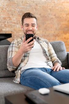 Uomo a casa con videochiamata con la famiglia