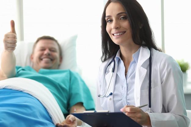 Больничная койка показывает жест одобрения врача
