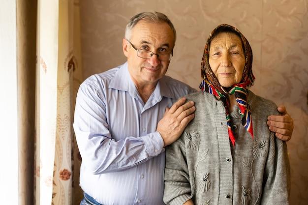 ヒジャーブを身に着けている彼の母を抱き締める男