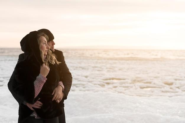 Мужчина обнимает женщину сзади