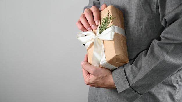 Мужчина обнимает подарок, крупный план. объятие.