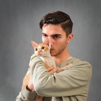 남자 포옹과 키스 귀여운 데본 렉스 고양이