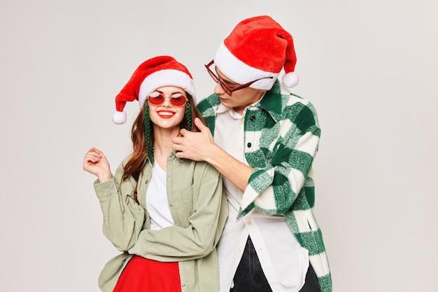 Мужчина обнимает женщину новый год праздник забава темные очки