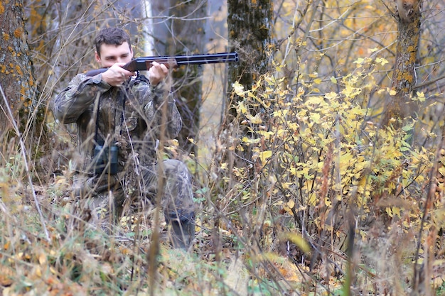 가을 숲에서 야외 남자 사냥꾼 혼자 사냥