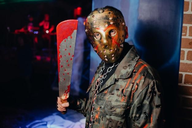 10 월 할로윈 축제에서 피 묻은 의상과 마스크를 입은 남자