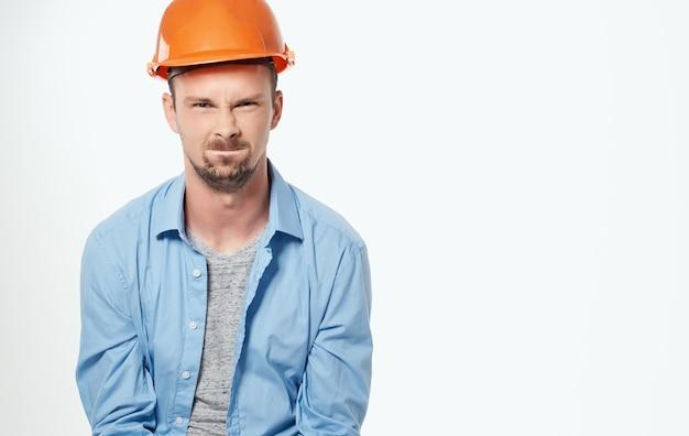 青いシャツの感情のプロの明るい背景の男