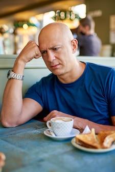 朝食時にカフェで男