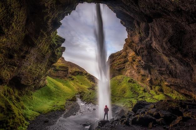 열대 우림의 동굴에있는 남자