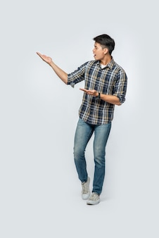 Человек в клетчатой рубашке, указывая руками в сторону