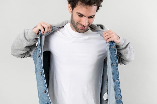 하프 데님 후드 재킷을 입은 남자