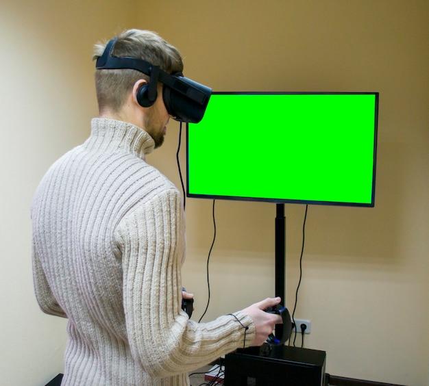 Человек в шлеме виртуальной реальности играет в игру
